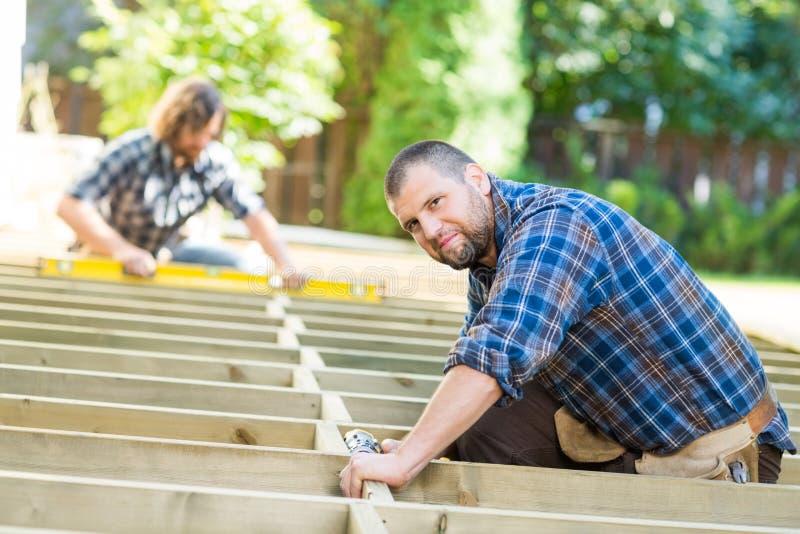 Local de Working At Construction do carpinteiro fotografia de stock