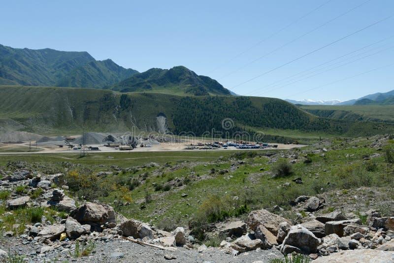 Local industrial de construtores de estrada na área do vale de Chui-Katun República de Altai imagem de stock royalty free