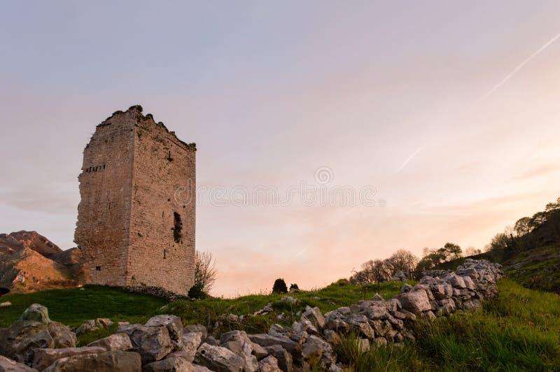 Local popular da atração turística: Ruínas de um castelo medieval da torre XII do século imagens de stock royalty free