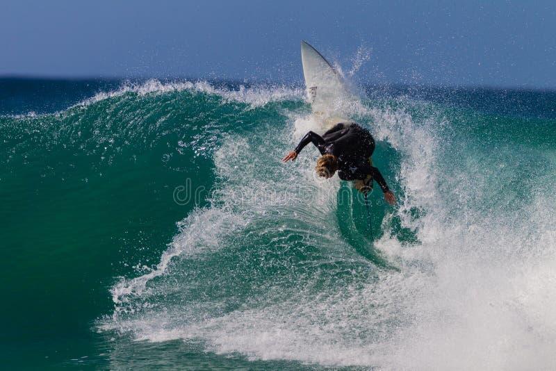 Local vertical surfando da ação da onda