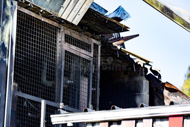 Locale caldaie nocivo del supermercato con ventilazione, turbina, dopo il fuoco di incendio doloso con l'incendio bruciante viole immagine stock