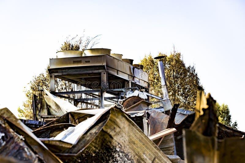 Locale caldaie nocivo del supermercato con ventilazione, turbina, dopo il fuoco di incendio doloso con l'incendio bruciante viole fotografia stock libera da diritti