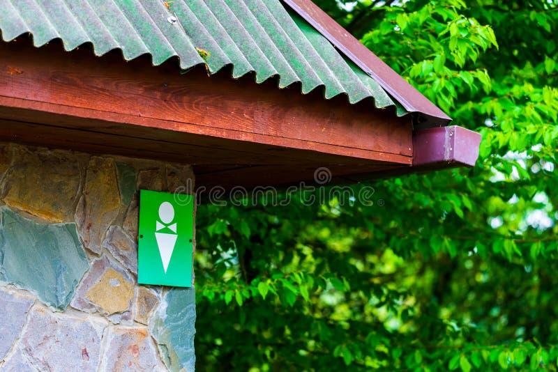 Locale di riposo pubblico Simbolo maschio bianco su fondo verde sul segno della toilette immagine stock
