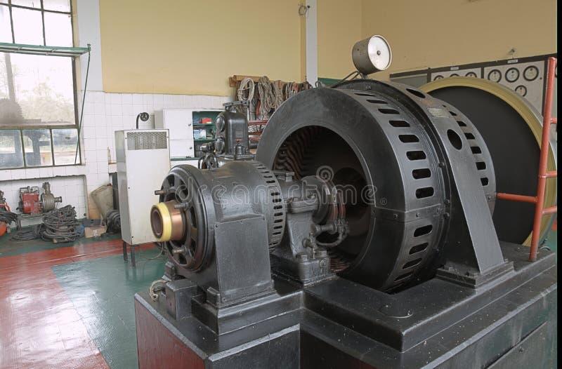 Locale macchine di vecchia centrale elettrica immagine stock