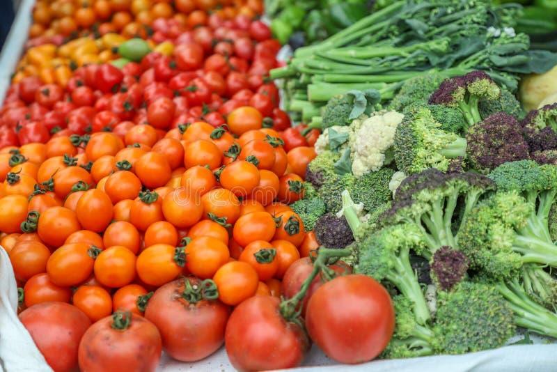 A localement produit les fruits et légumes organiques frais image stock