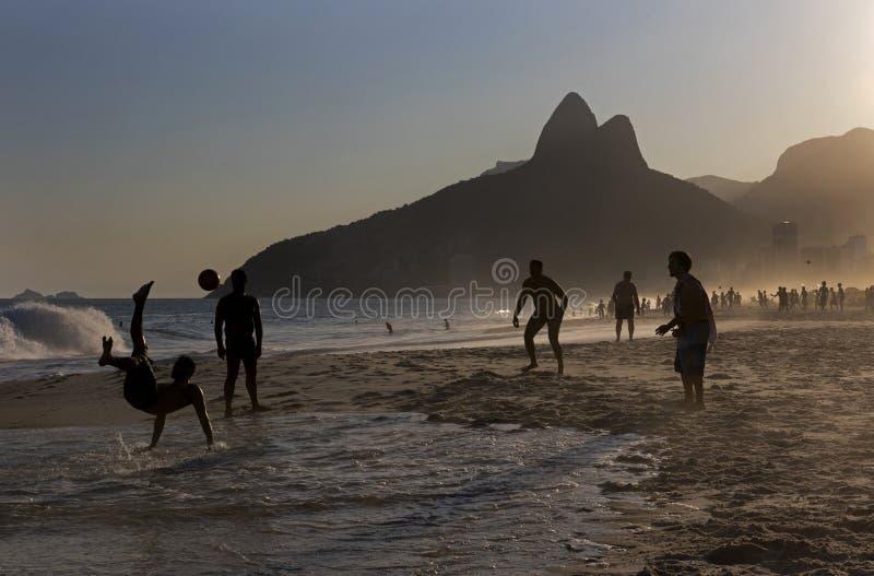 Locali che giocano calcio della spiaggia alla spiaggia di Ipanema, Rio de Janeiro fotografie stock libere da diritti