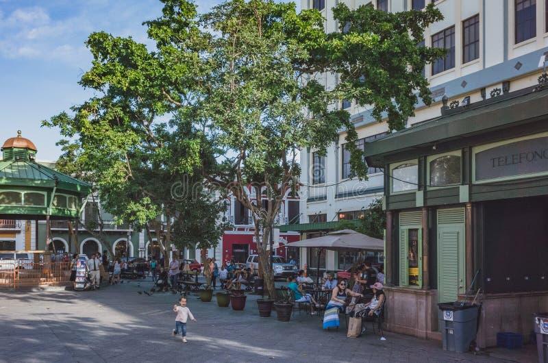 Locali che godono di un pomeriggio soleggiato a San Juan immagine stock libera da diritti