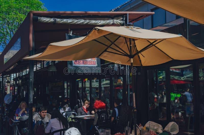 Locali che mangiano ai ristoranti a Quincy Market in Faneuil Hall Marketplace a Boston del centro fotografia stock