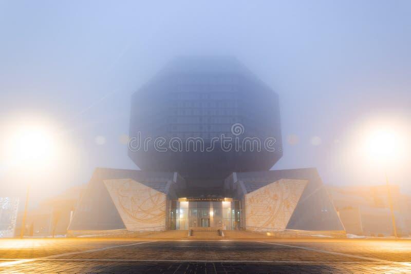 Locali della biblioteca nazionali in una forte nebbia fotografia stock