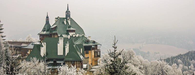 Località di soggiorno di corsa con gli sci Semmering, Austria Bello chalet tradizionale in alpi austriache nell'inverno Vista pan fotografia stock