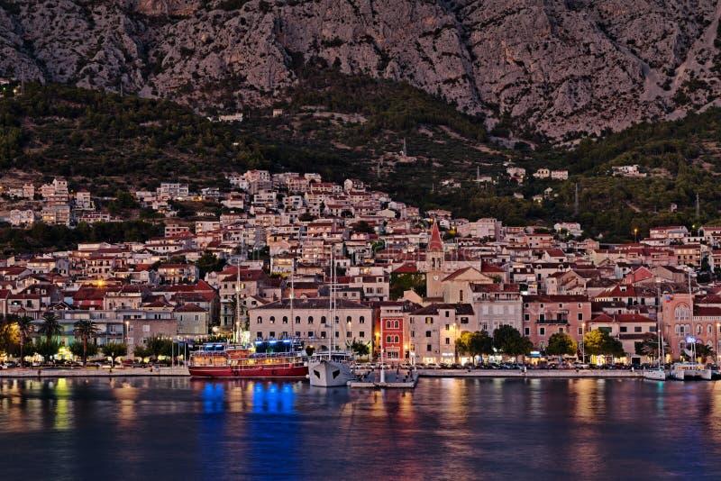 Località Di Soggiorno Croazia, Scena Di Makarska Di Notte Immagine ...