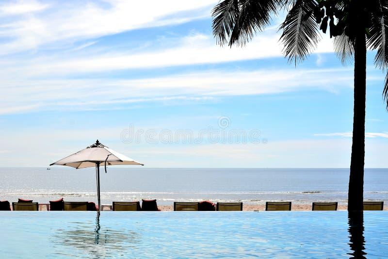 Località di soggiorno della parte anteriore della spiaggia della piscina del sole della sabbia di mare in Tailandia fotografia stock