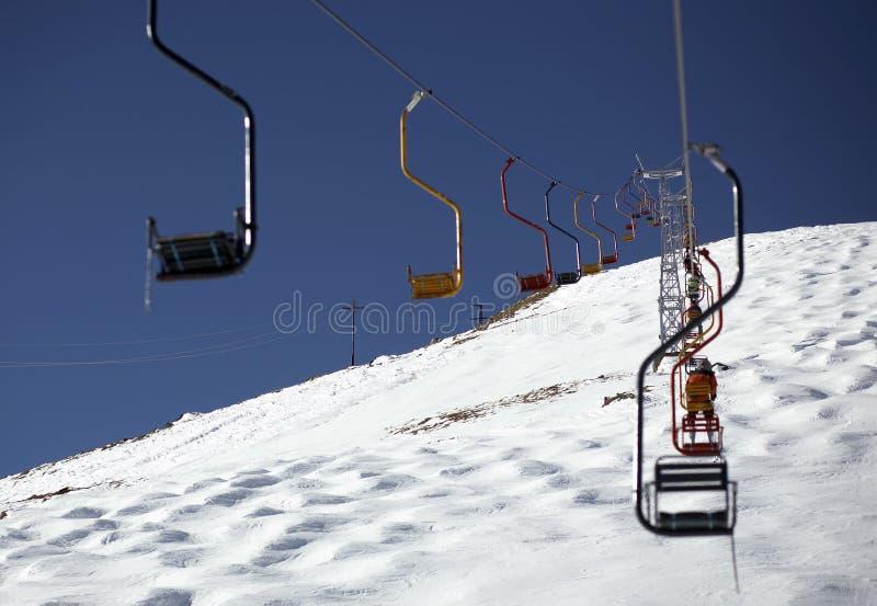 Località di soggiorno e seggiovia di inverno immagini stock