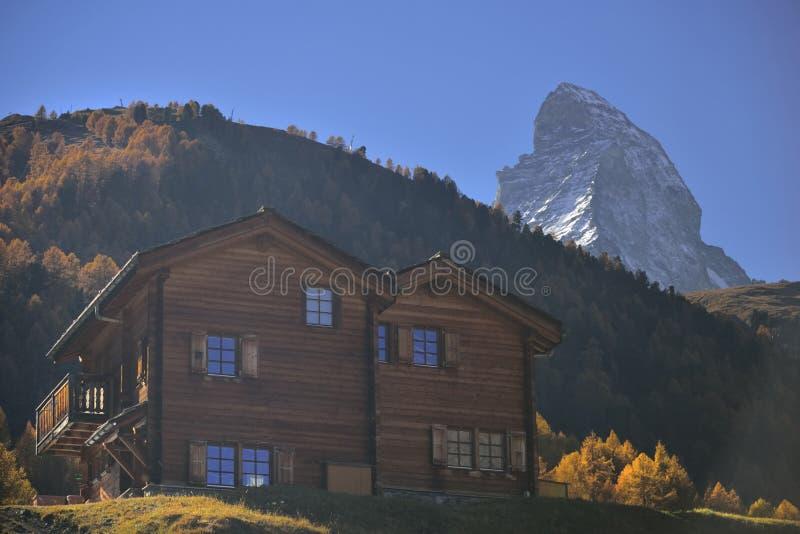 Località di soggiorno di legno dell'hotel dal vecchio villaggio da Zermatt con il picco del Cervino nel fondo fotografia stock libera da diritti