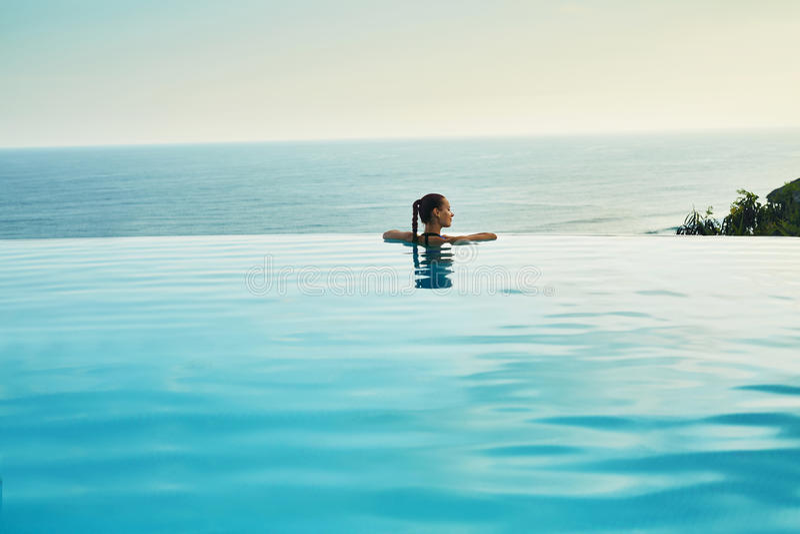 Località di soggiorno di lusso Donna che si rilassa nello stagno Vacanza di viaggio di estate fotografia stock libera da diritti