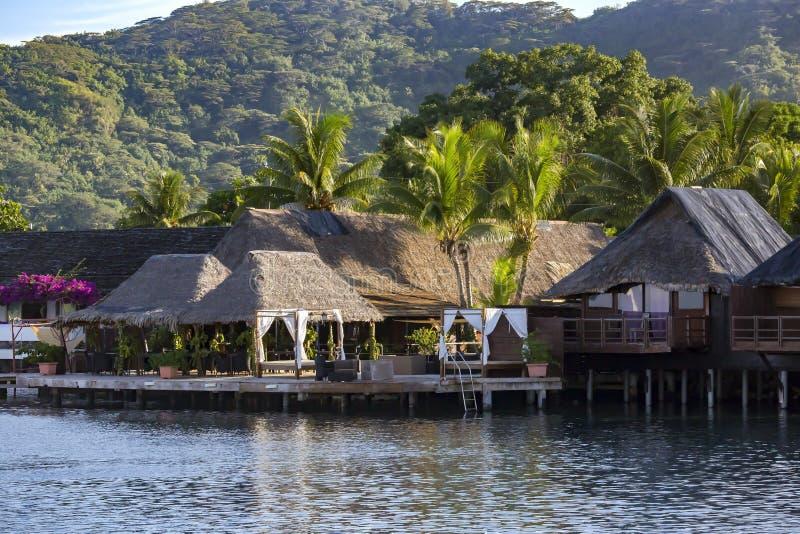 Località di soggiorno di lusso del bungalow del tetto ricoperto di paglia del overwater su Bora Bora fotografia stock
