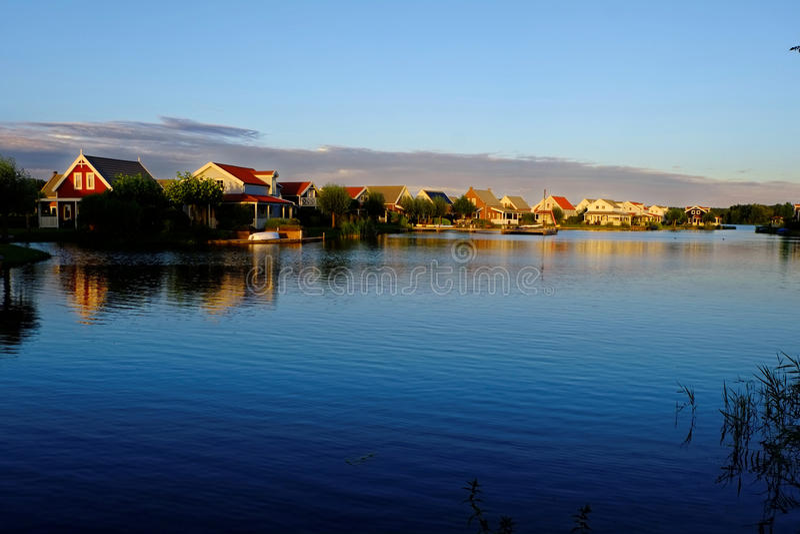 Località di soggiorno nel lago entro l'ora blu immagini stock