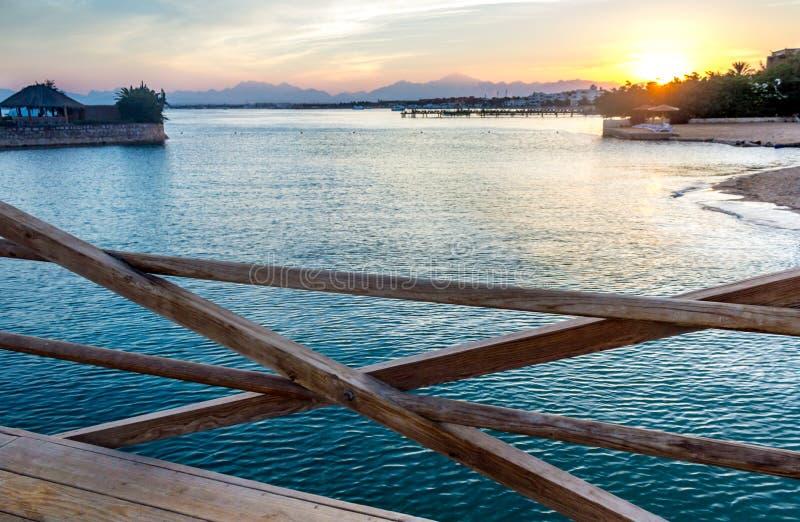 Località di soggiorno tropicale al tramonto immagini stock