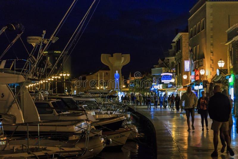 Località Di Soggiorno Vodice, Croazia Di Vita Notturna Fotografia ...