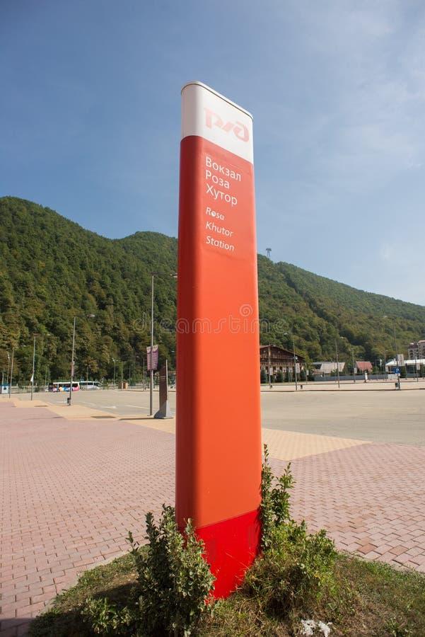 Localit? di soggiorno di montagna Rosa Khutor Krasnaya Polyana Soci La Russia Segno della stazione ferroviaria fotografia stock