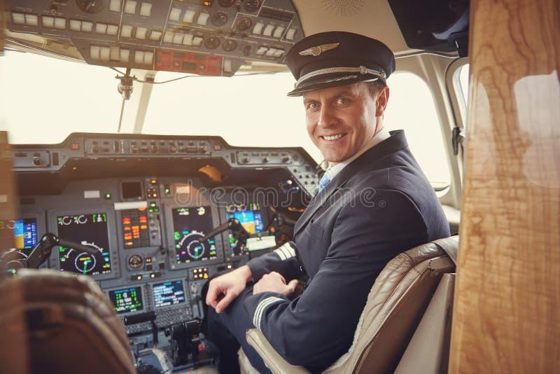 Localização piloto feliz na cabine fotografia de stock royalty free