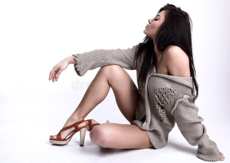Localización del brunette hermoso en un suéter de lana fotografía de archivo