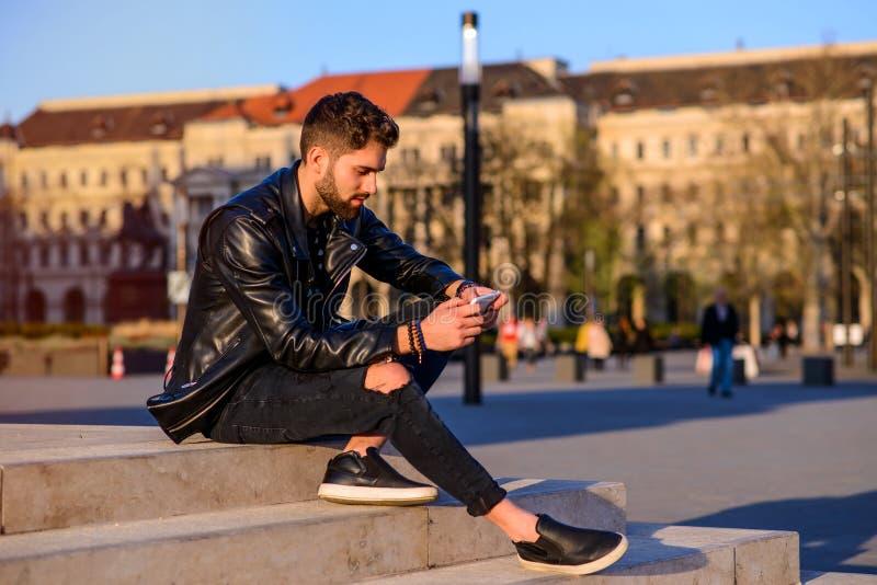 Localización del hombre joven en las escaleras fotos de archivo libres de regalías