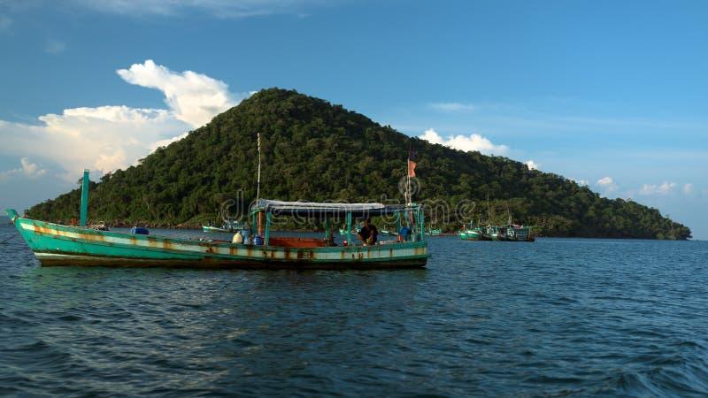 Localización del pescador en el barco del longtail imágenes de archivo libres de regalías