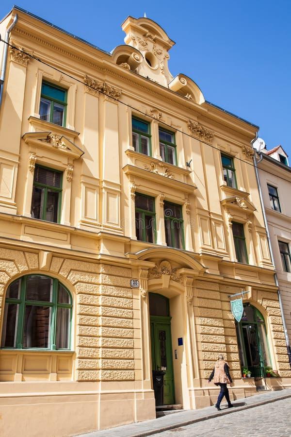 Locals и туристы идя на красивую улицу с античными домами в городе Загреба вызвали стоковое изображение