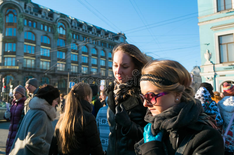 Locals идя в перспективу Nevsky стоковое изображение