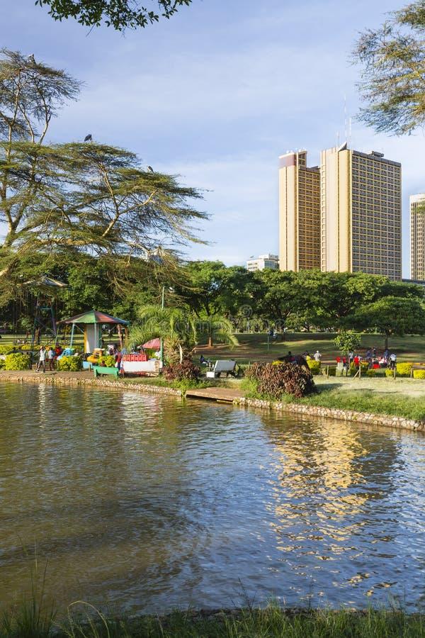 Locals наслаждаясь вечером в Uhuru Park в Найроби, Кении стоковая фотография