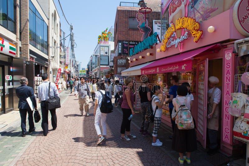 Locals e turistas que andam na rua do Takeshita do Harajuku do Tóquio fotografia de stock