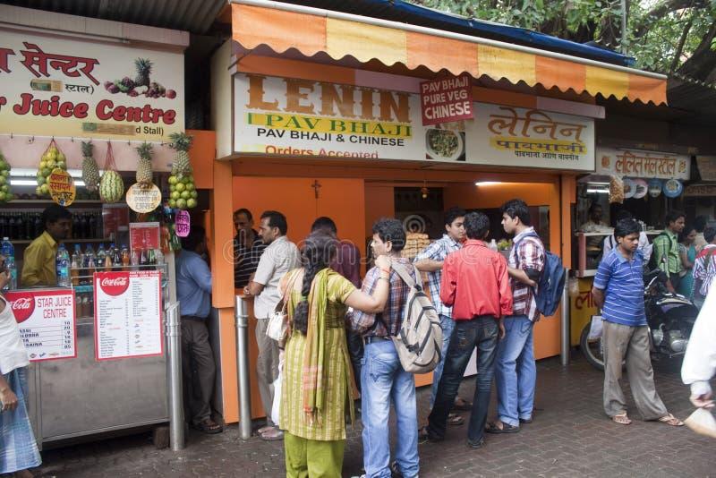 Locals eet bij de boxen van het straatvoedsel royalty-vrije stock afbeelding