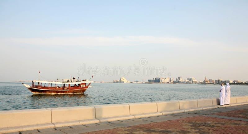 Locals en de boot van Corniche van Doha stock foto