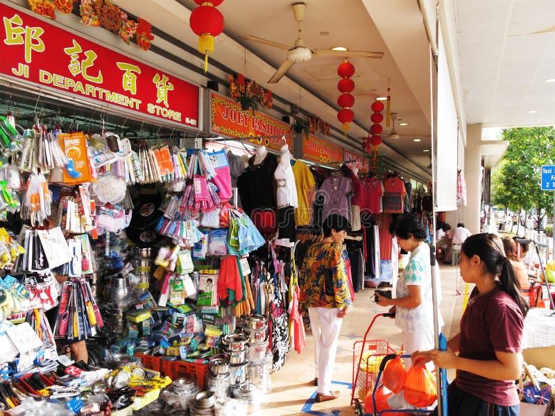 Locals en las provisiones de compra de Singapur imágenes de archivo libres de regalías