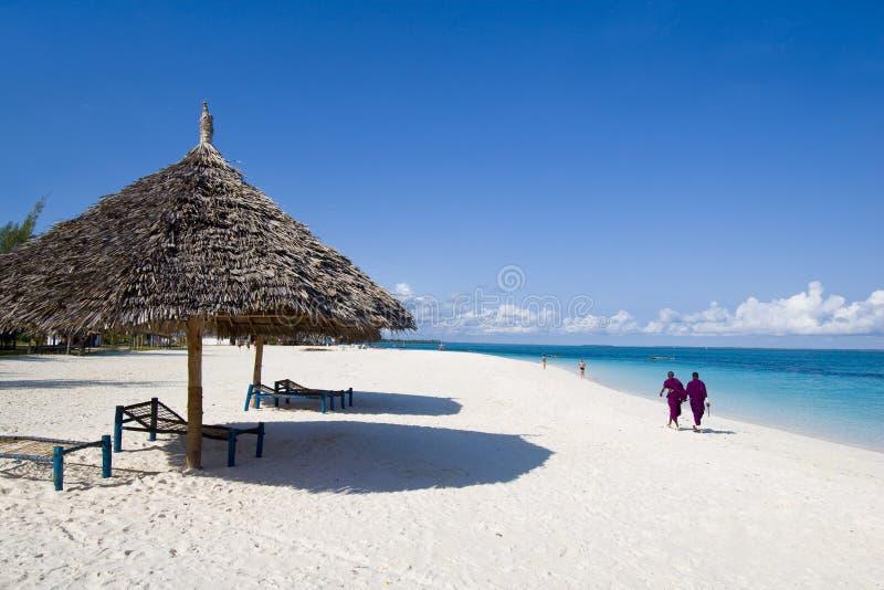 Locals que andam na praia em zanzibar fotografia de stock