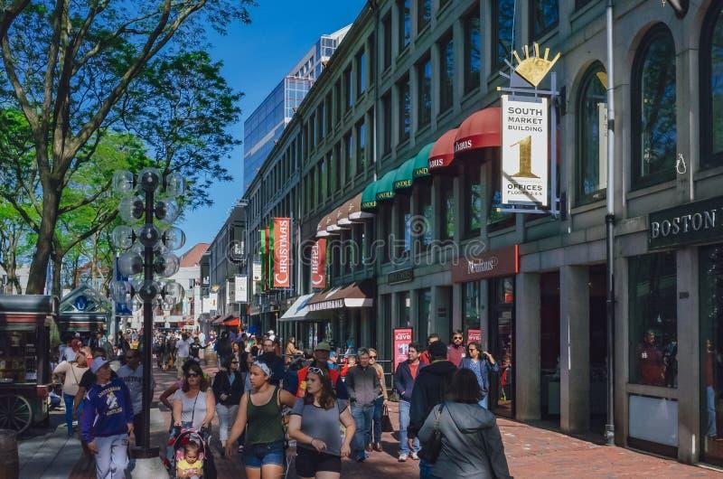 Locals que disfrutan de compras del día soleado en Faneuil Hall Marketplace en Boston céntrica fotos de archivo libres de regalías
