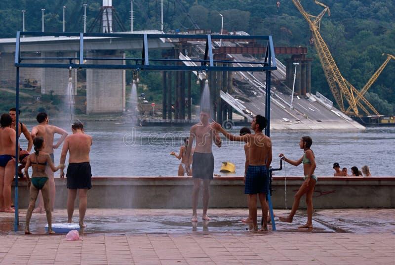 Locals tegen achtergrond van vernietigde brug, Servië. royalty-vrije stock foto