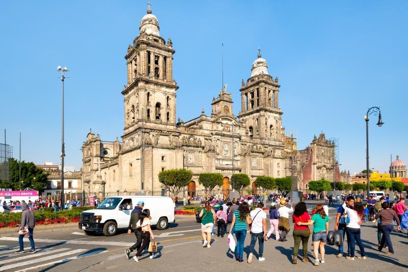 Locals y turistas al lado de la catedral del metropolitano de Ciudad de México foto de archivo libre de regalías