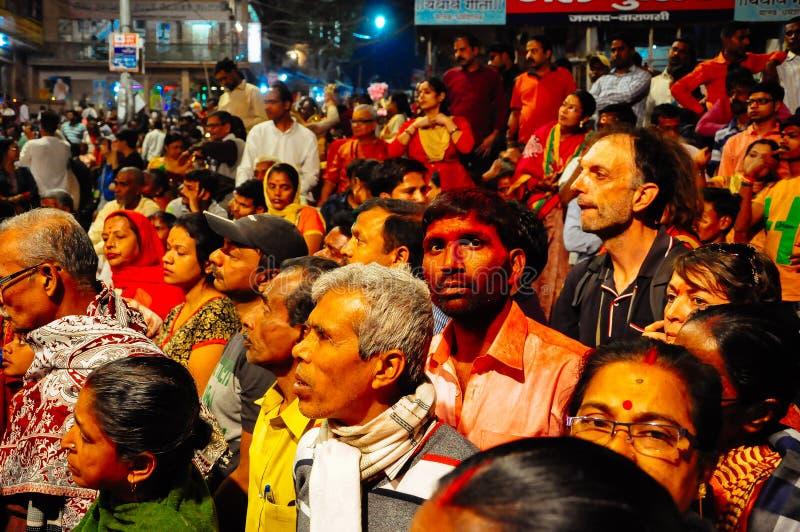Locals y turistas en Varanasi, la India fotos de archivo