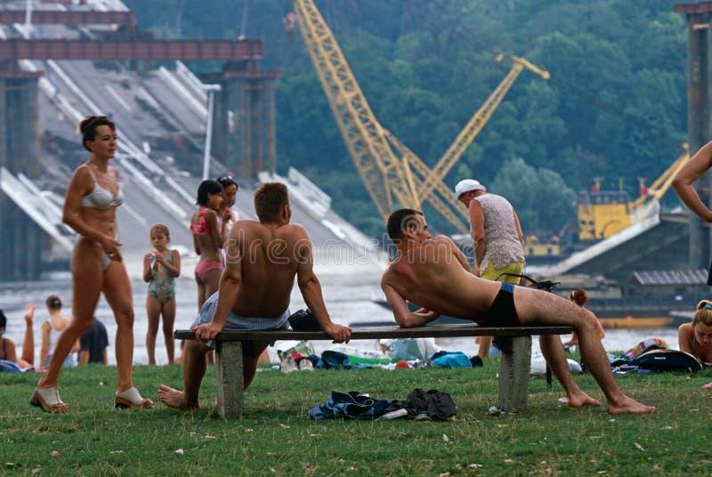 Locals in zwemmende kostuums, de Rivier van Donau, Servië stock afbeeldingen