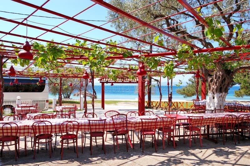 Locanda esterna greca tradizionale alla spiaggia fotografia stock libera da diritti
