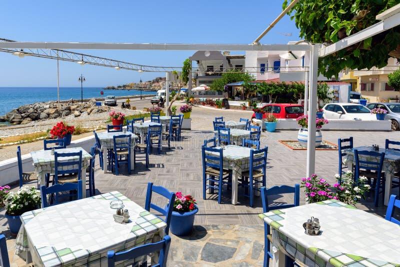 Locanda greca tradizionale vicino alla spiaggia della città di Paleochora sull'isola di Creta, Grecia fotografie stock