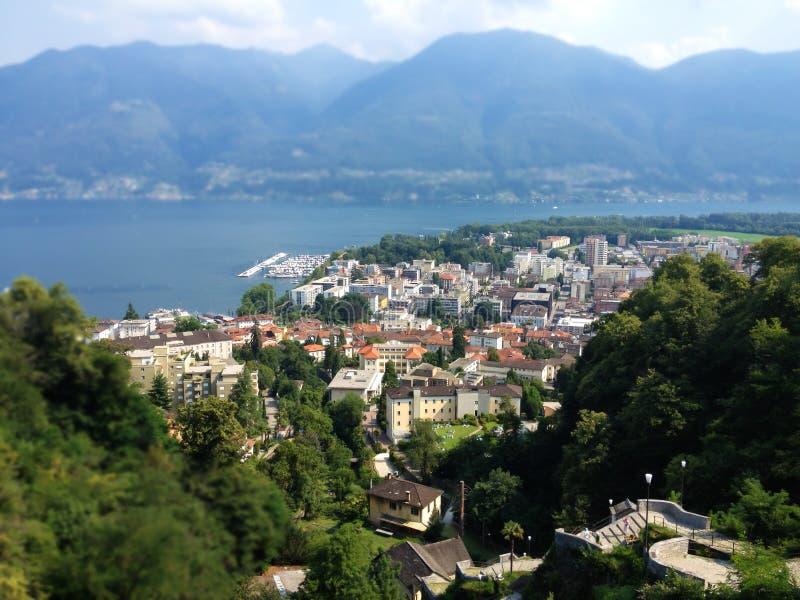 Locarno-Stadt-Draufsicht, Lago Maggiore und Berge gestalten an einem Sommertag, Tessin, die Schweiz landschaftlich stockfotografie
