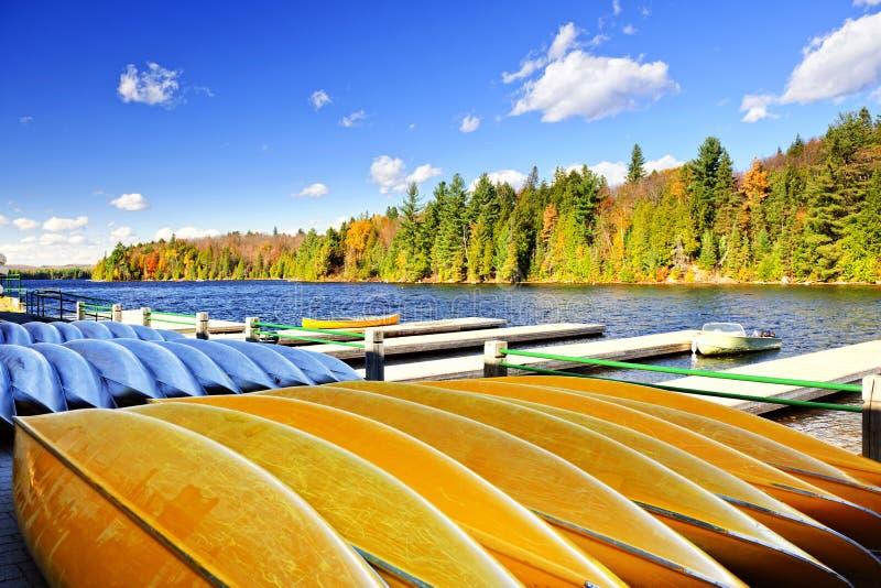 Location de canoë sur le lac d'automne image libre de droits
