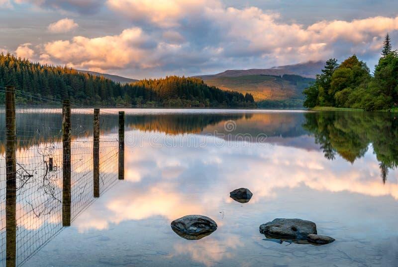Loch Ard no nascer do sol foto de stock royalty free