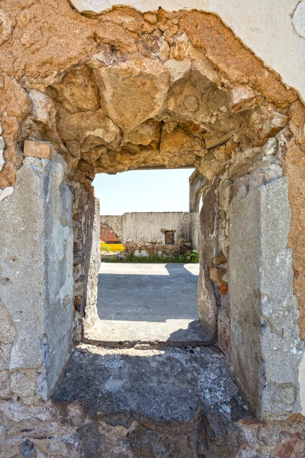 Loch auf der Wand eines verlassenen Industriegebäudes stockfotos