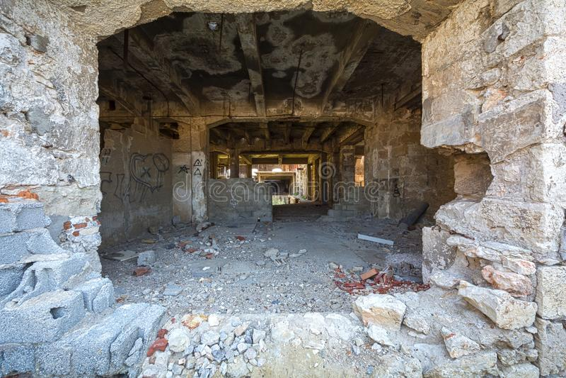 Loch auf der Wand eines verlassenen Industriegebäudes stockfotografie