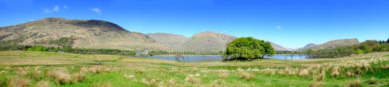Loch Awe in estate, panorama del loch che mostra il castello di Kilchurn fotografia stock
