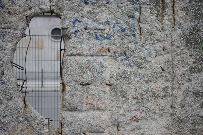 Loch in Berlin Wall lizenzfreie stockfotos